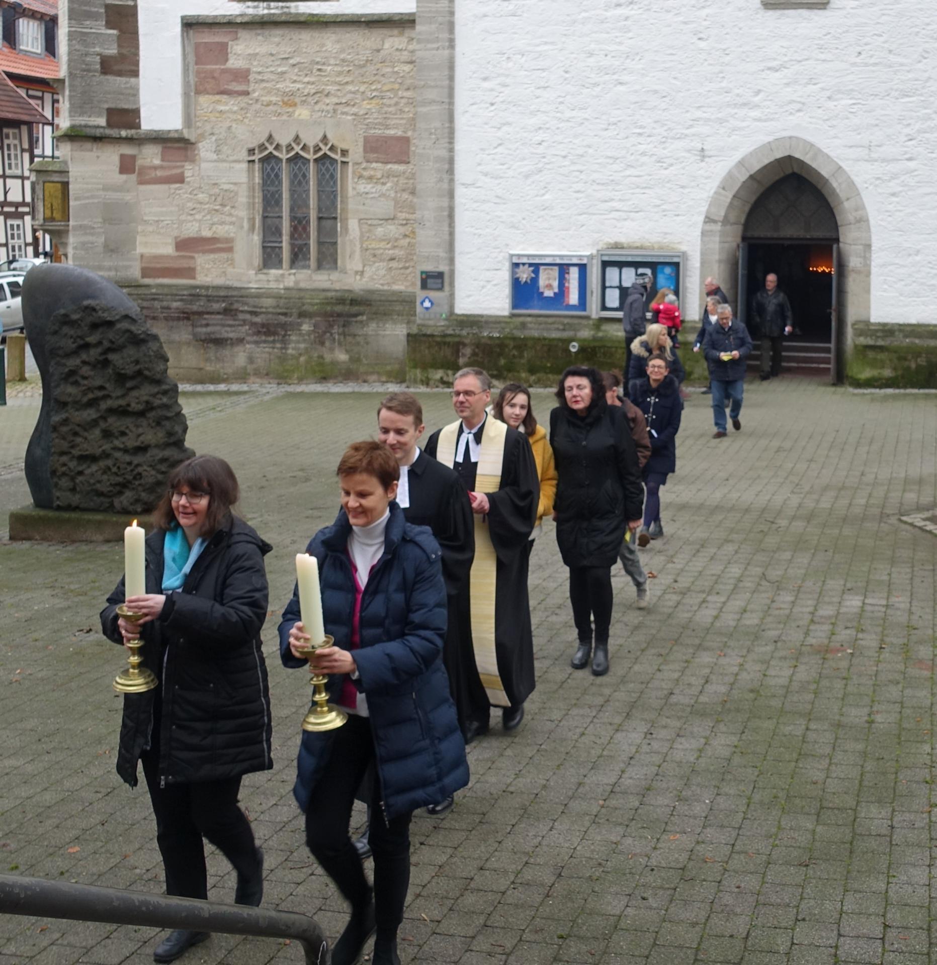 Auszug aus der Kirche am 05.01.2020- dem letzten Gottesdienst in der Kirche. Kreuz und Kerzen werden in das Gemeindehaus gebracht.