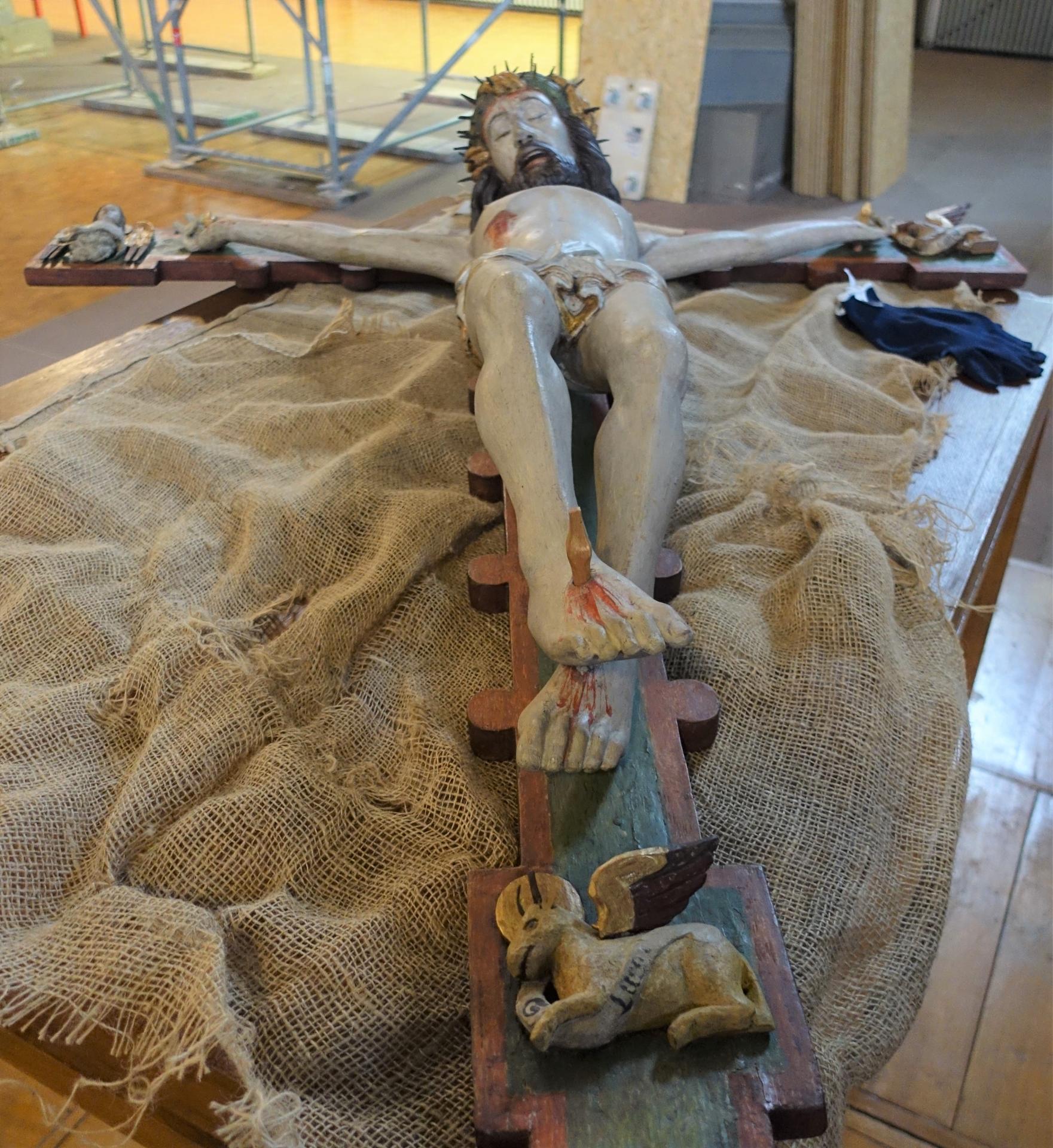 Das Kruzifix vom Hochaltar, sicherlich 10 kg schwer