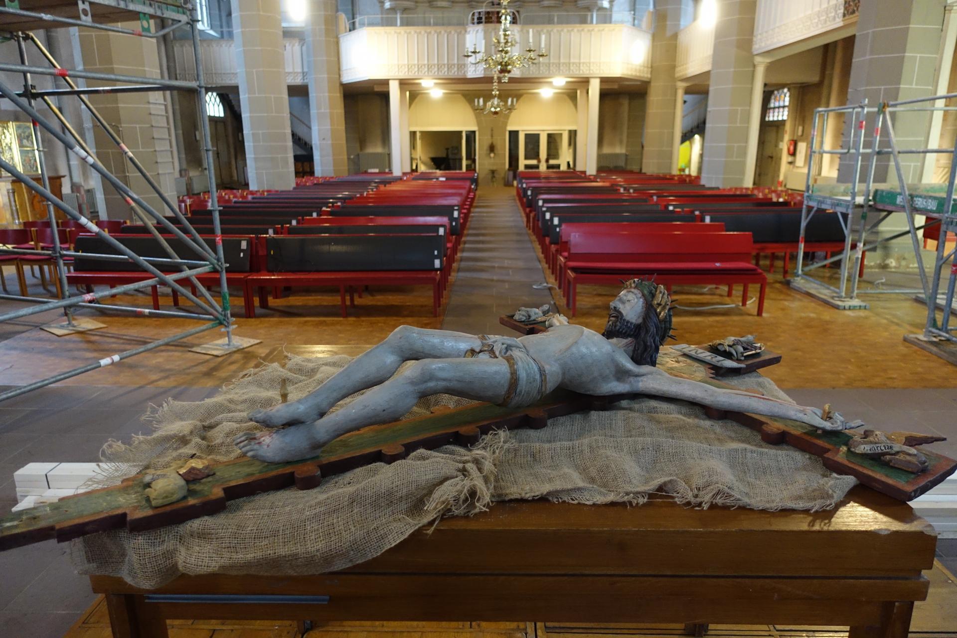 Hauptaltar mit Jesus am Kreuz- Abnahme