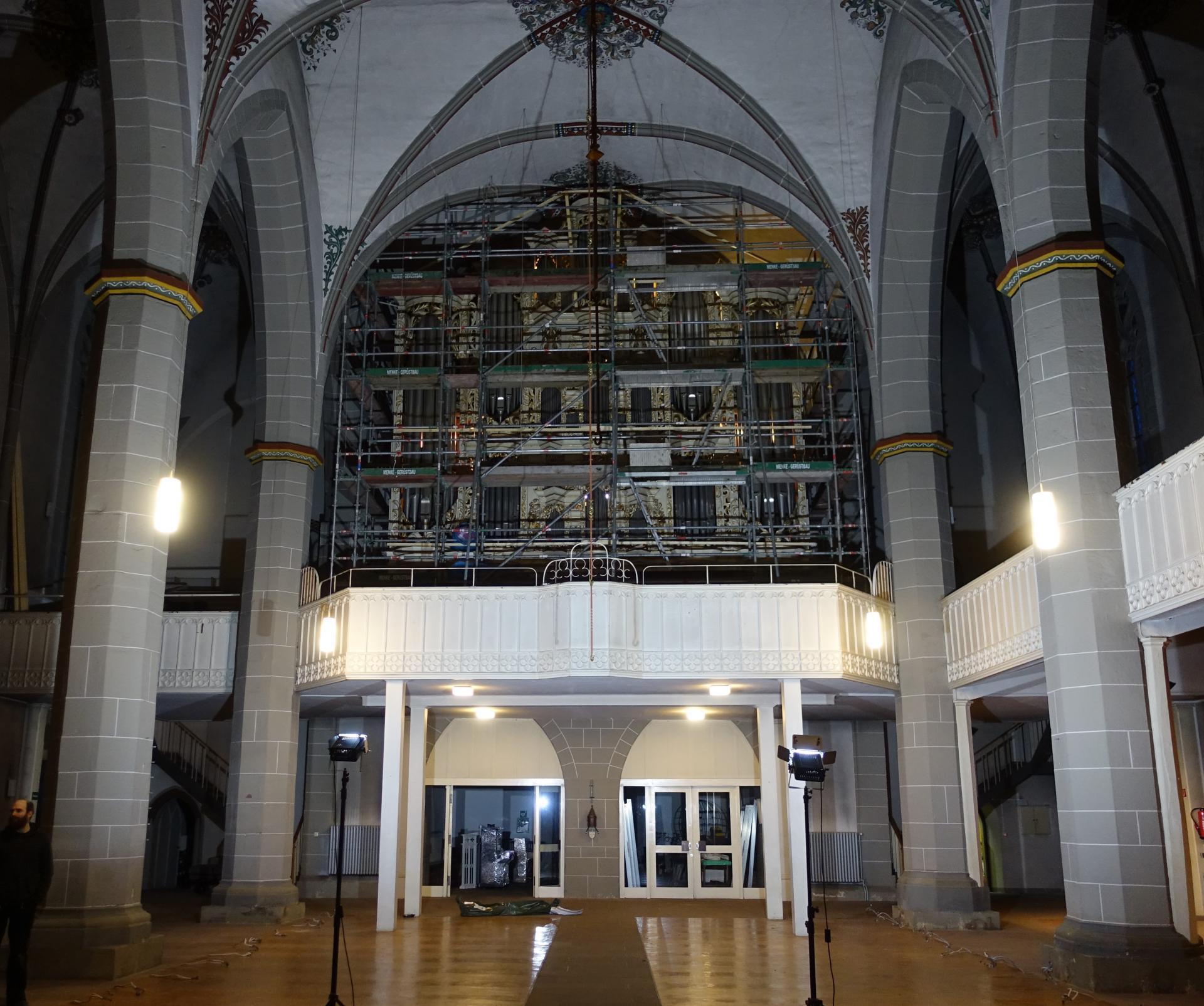 Einrüstung der Orgel am 13.01.2020 durch Fa. Menke (Gerüst) unter Anleitung des Orgelbauers Bente