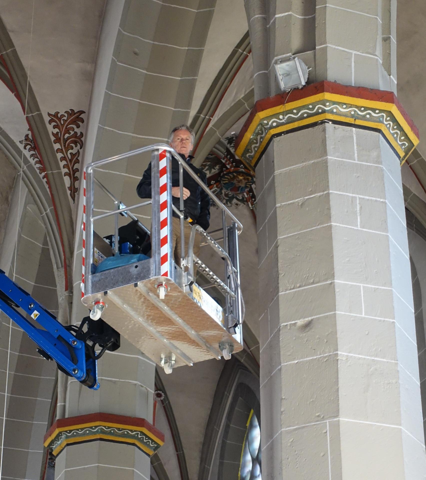Bild 375 zeigt in luftiger Hebebühnenhöhe Michael Feller, unser Beleuchtungsberater (auch tätig gewesen in der Basilika Cyriakus in Duderstadt)