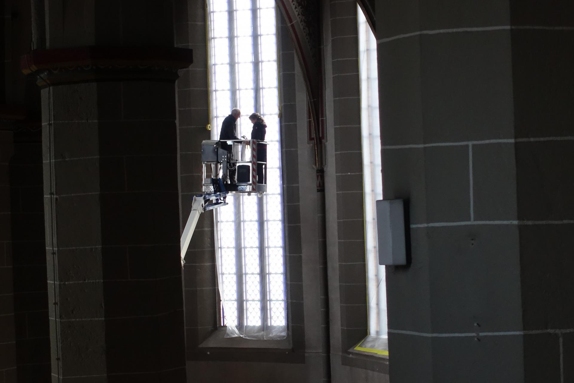 Nicole Sterzing und Christoph Diers schützen die Kirchenfenster