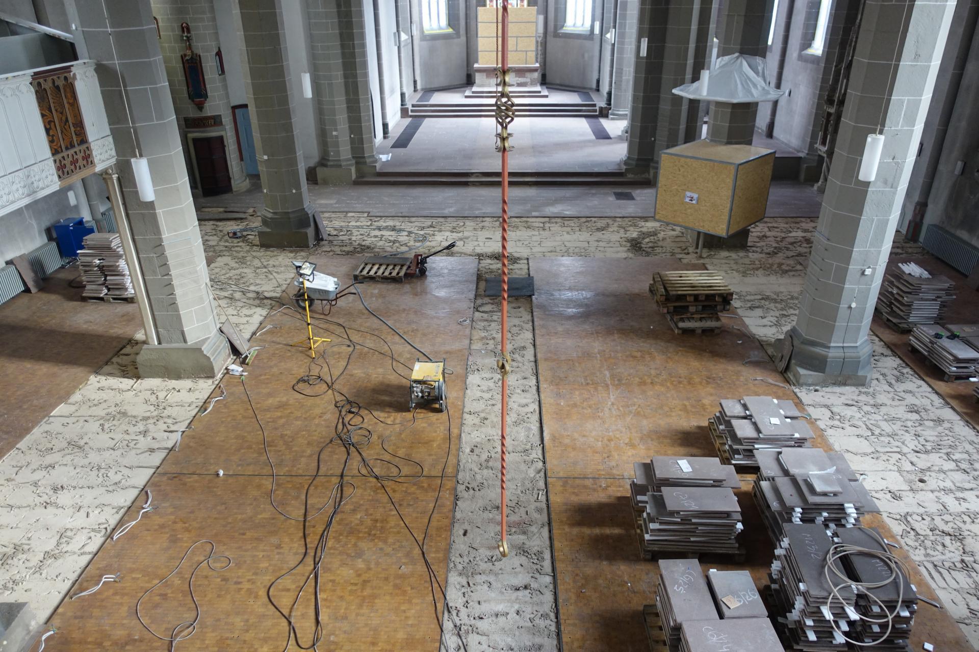 Das Bild zeigt den Beginn und die Durchführung der Steinfußbodenplattenarbeiten ab 27.01.2020- beendet am 21.02.2020