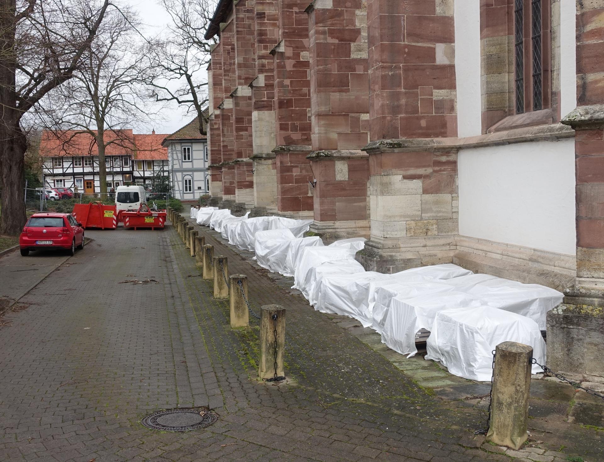 Lagerung der Steinplatten geschützt vor Regen südlich der Kirche