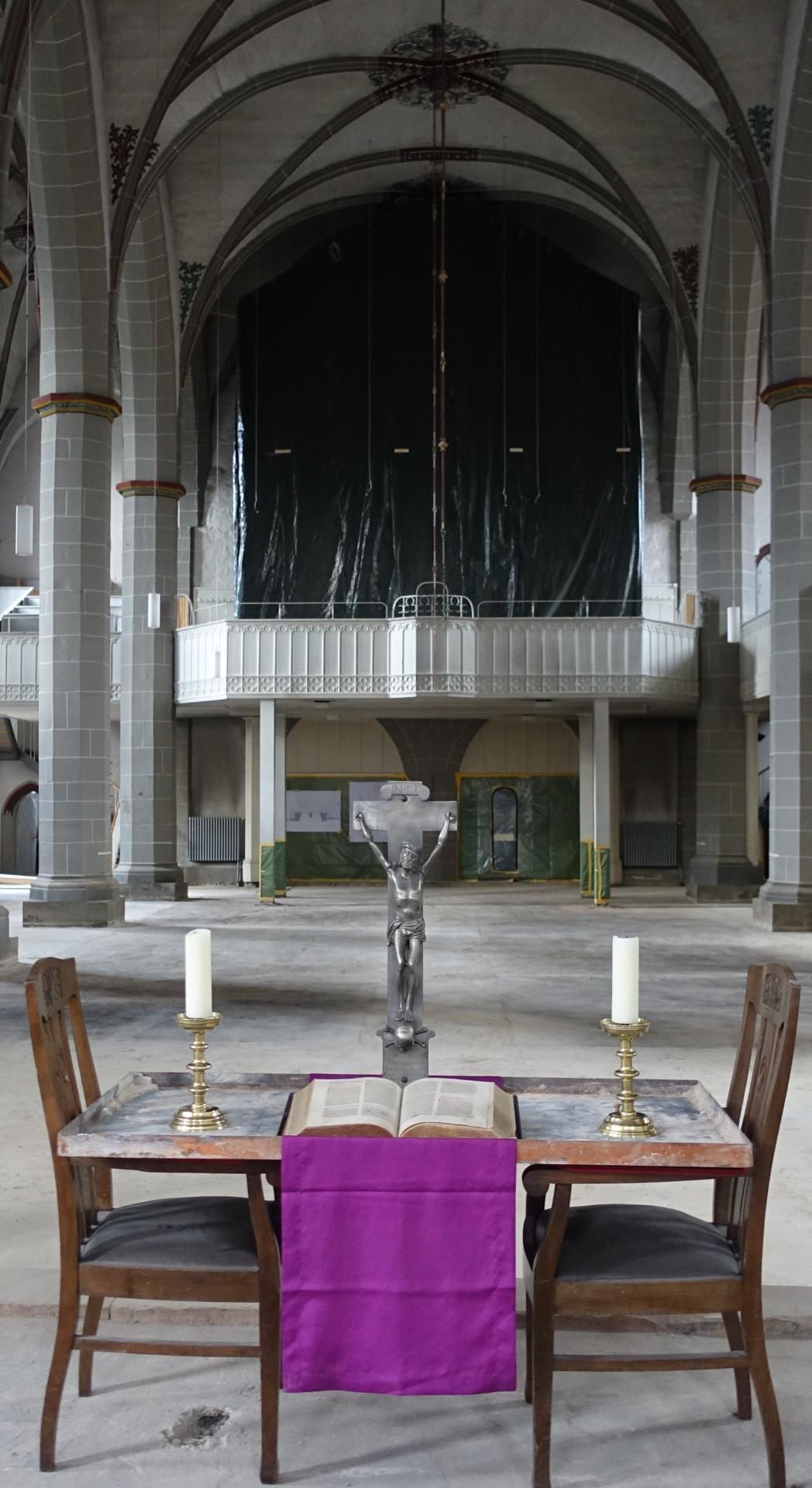 Der improvisierte Altar mit Eisendeckel aus der Kinderkirche und dem Lieblingskreuz von C.Hahn