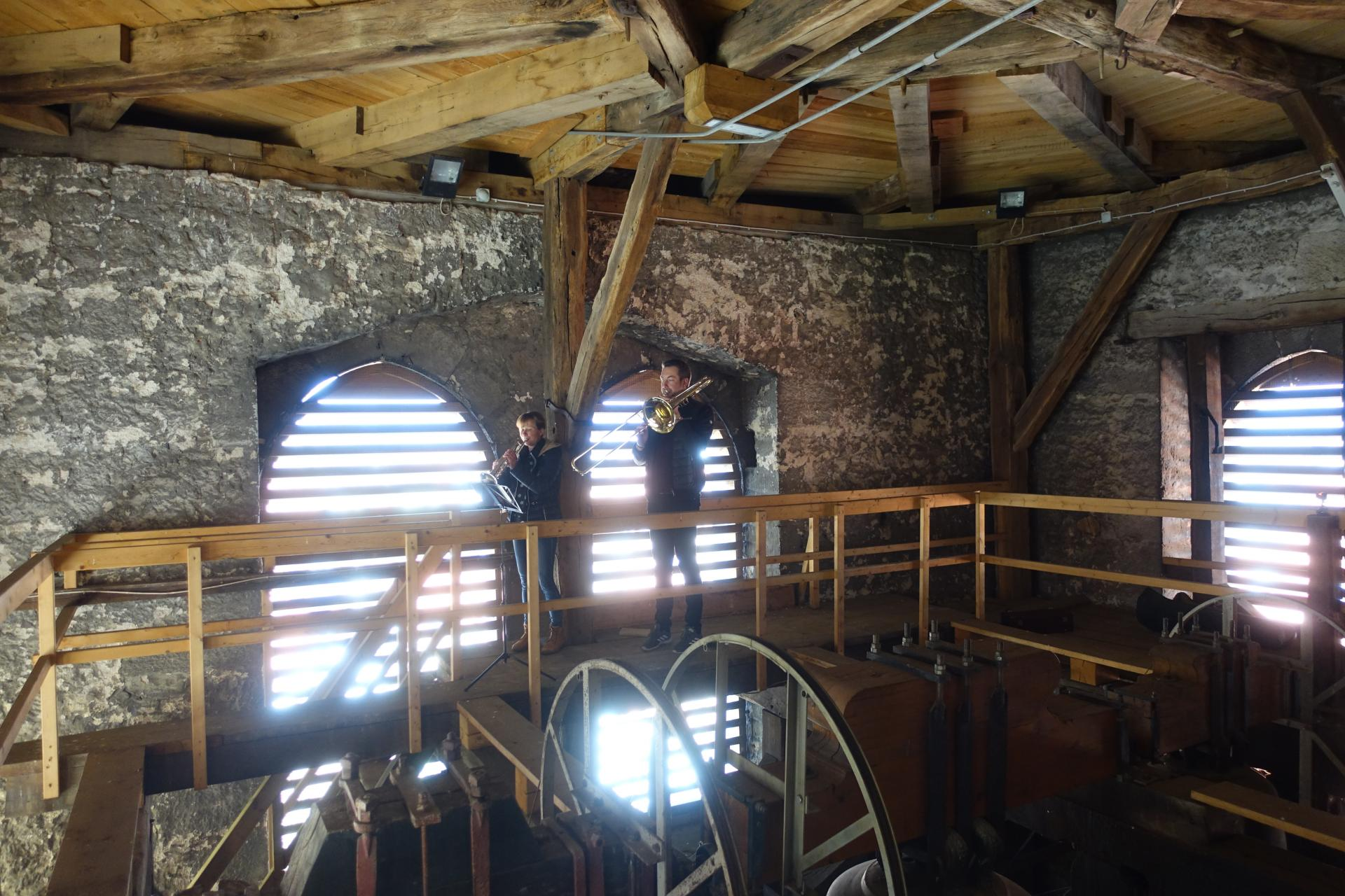 Blechbläserin und Blechbläser im Glockenturm an Palmarum