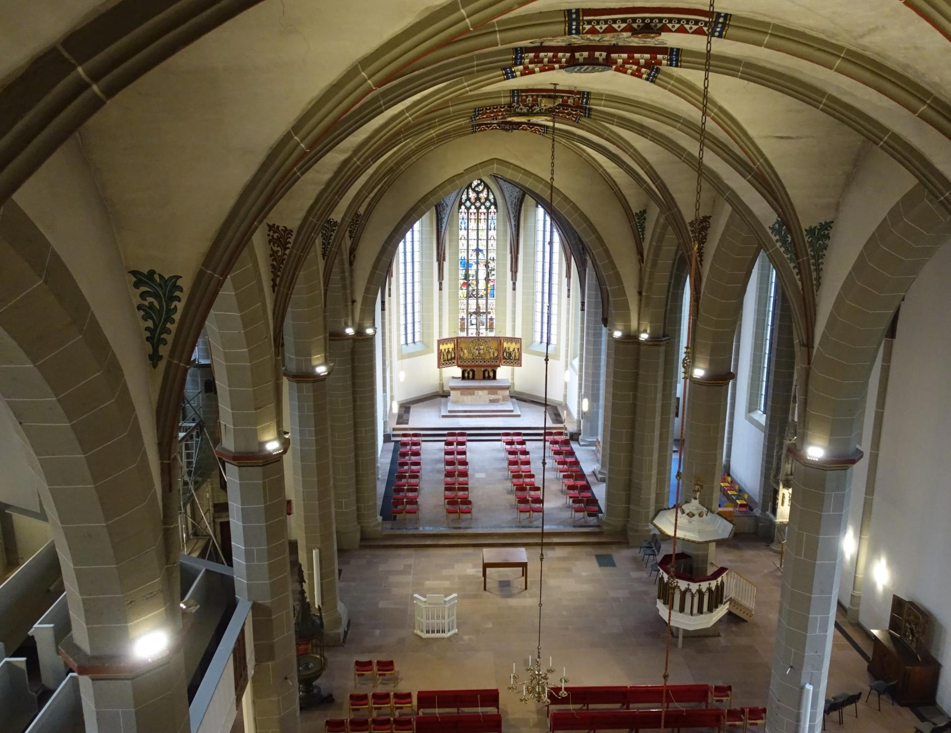 Der Blick in das Kirchenschiff aus der Höhe des Gewölbes aus der Orgel