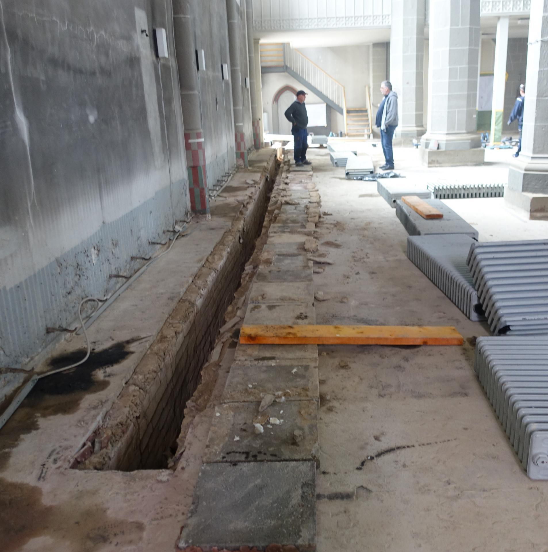 Die abgebauten Heizungskörper und den Schacht für die Unterflurkonvektoren an der Südseite.