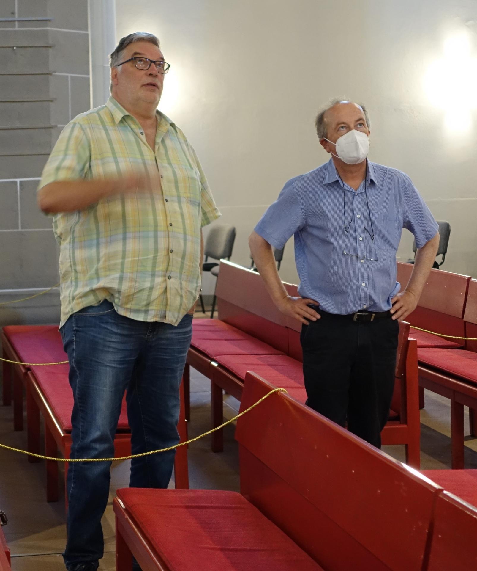 Frank Wagner vom ABK und Prof. Thorsten Albrecht vom Kunstreferat der Landeskirche beurteilen die mittelalterlichen Fenster mit Abstand
