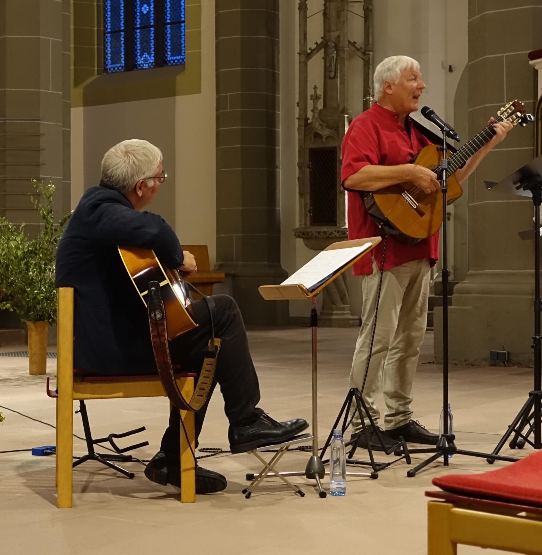 Fritz Baltruweit, begleitet von Jan von Lingen, beim Mitsingabend (mit Mund-Nasen-Schutz) am 09.09.
