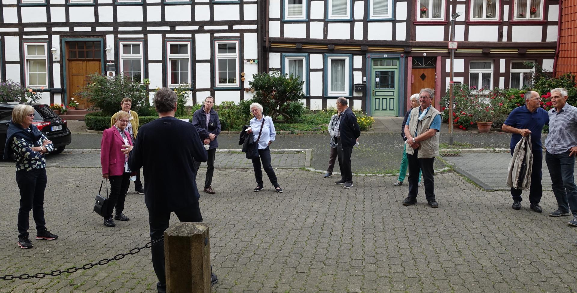 Herr Bachmann mit Gästen auf der Nordseite der Kirche