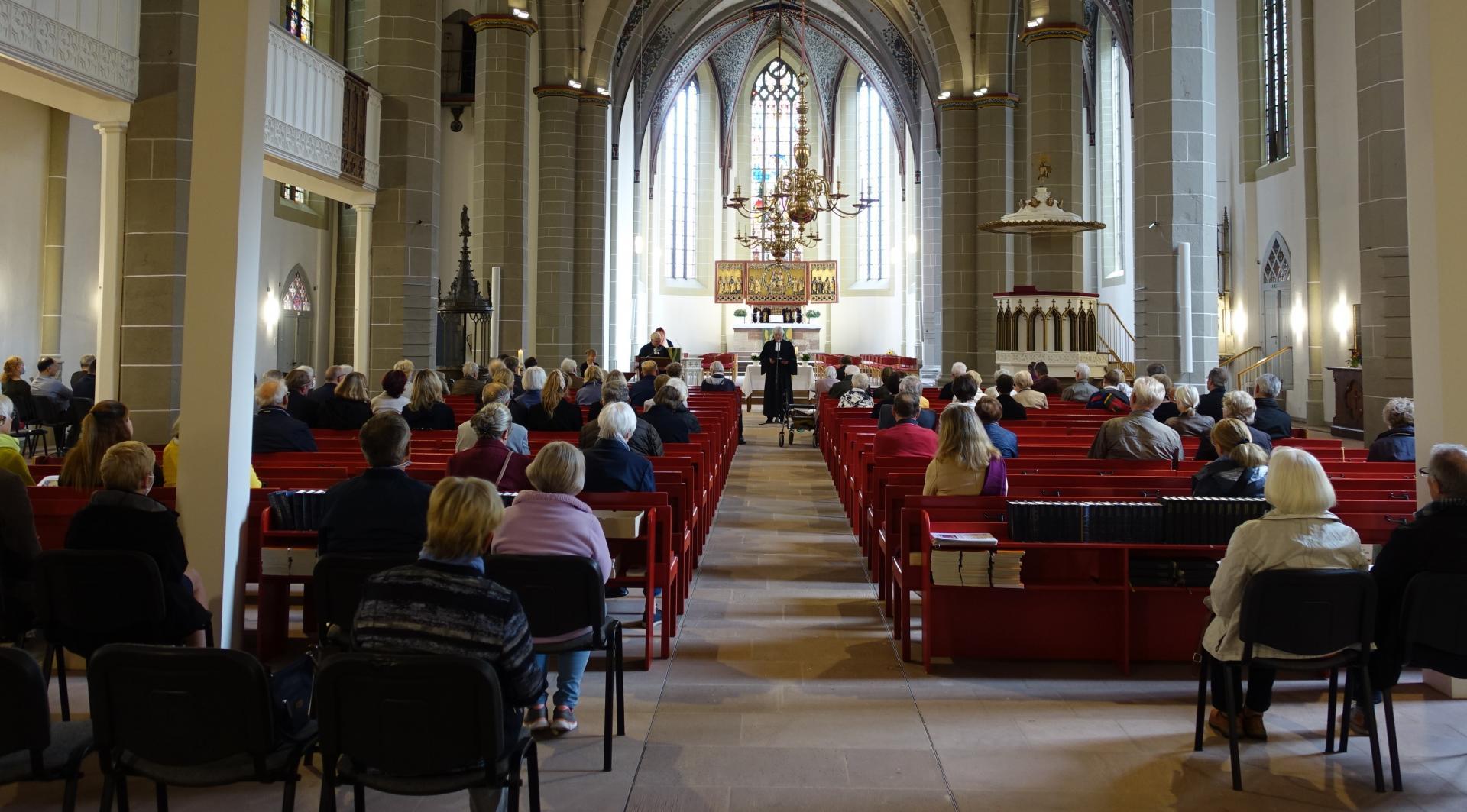 Bis auf den letzten Platz war die Kirche besetzt- in gehörigem Abstand, COVID-19 geschuldet.