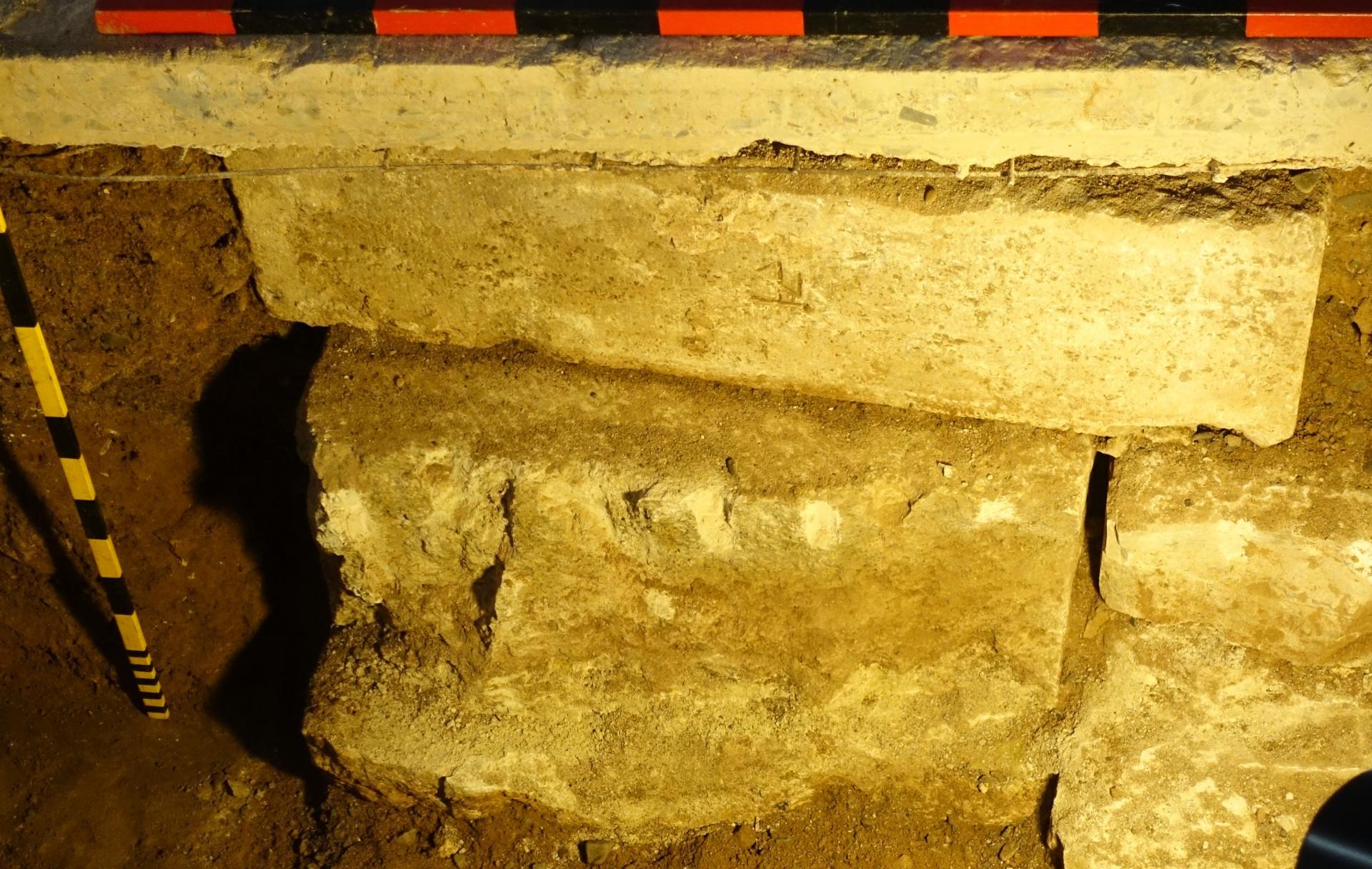 Ein Stein mit einem Steinmetzzeichen in der Wärmestation nahe der Brauttür, das man auch wiederfindet an der Säule nordöstlich zum Chorraum