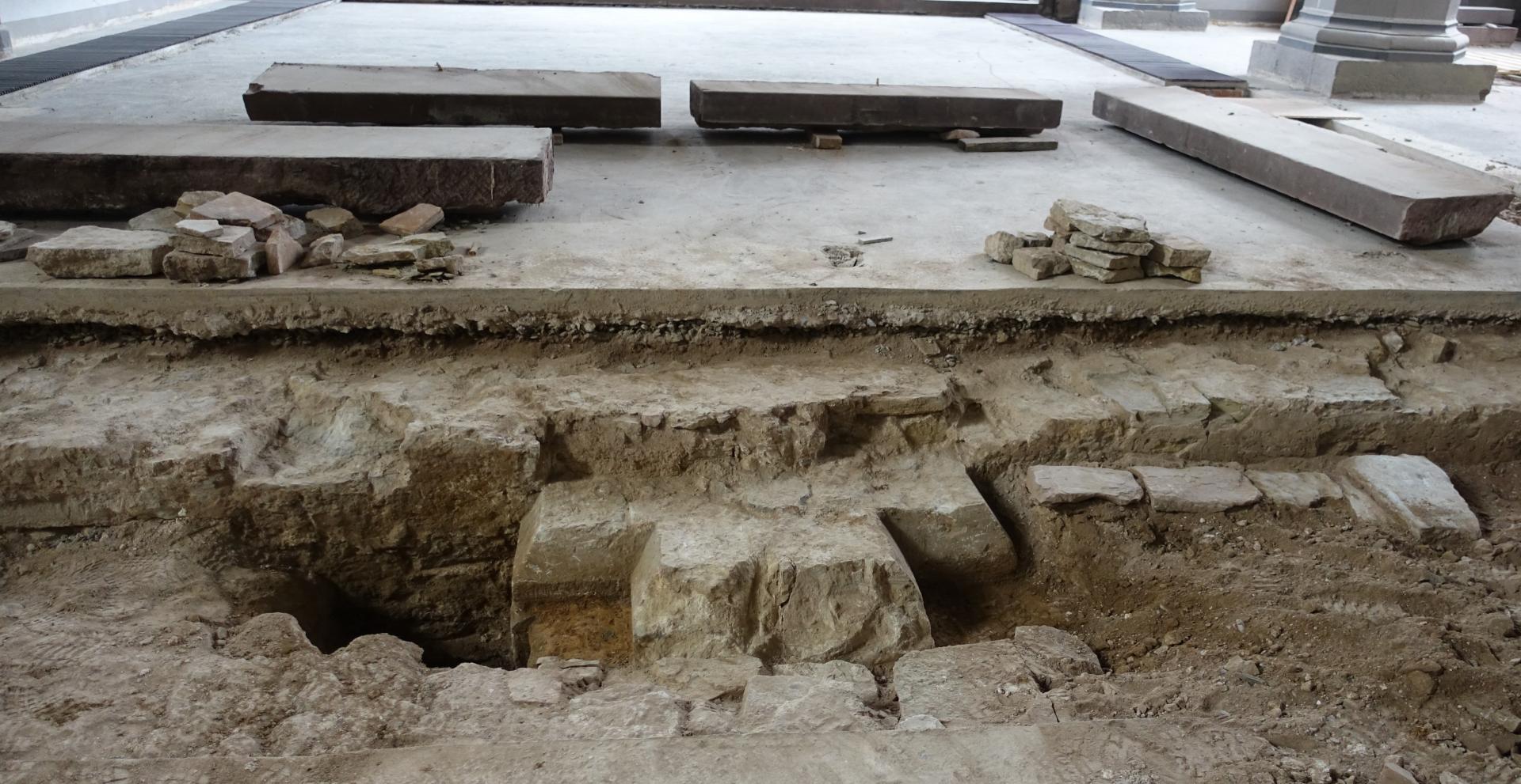 Bild 223 zeigt das Fundament einer Säule der Vorgängerkirche und einige Steine, die Dr. Stefan Teuber, der Stadtarchivar, für erhaltenswert ansah.