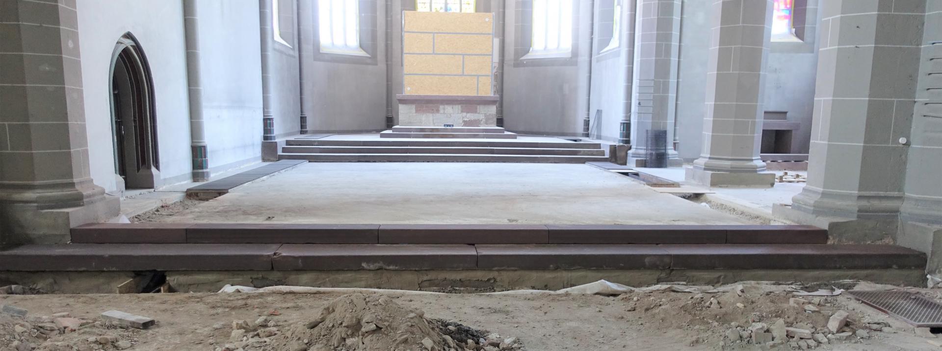 Die fertige Treppe; die Steinelemente der Vorgängerkirche sind mit biovlies abgedeckt und für unsere Nachwelt erhalten.