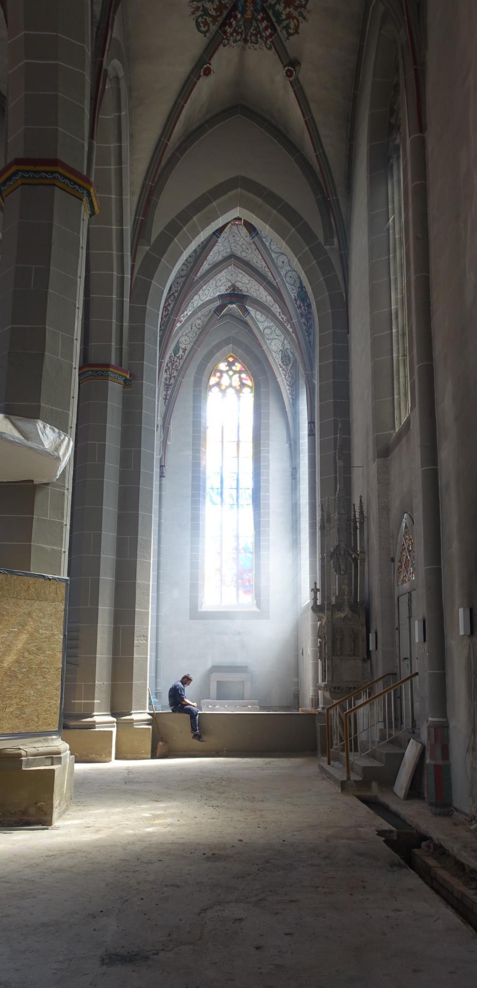 Bild 390 zeigt einen Metall-Mitarbeiter in der Pause vor der Nicolaikapelle (Kinderkirche)