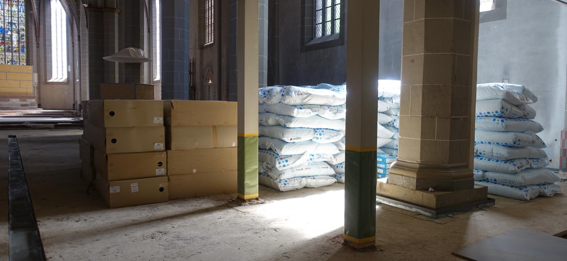 Bild 585 zeigt Lagerung der Noppenplatten und der Dämmschüttungssäcke