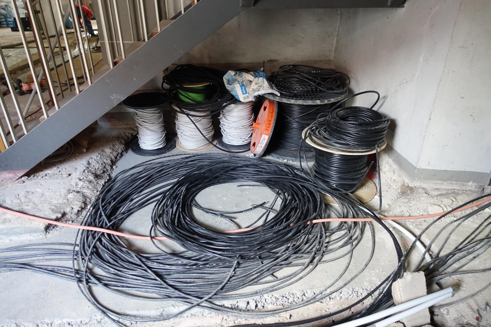 Bild 805 zeigt einen Teil der Kabel- es werden ca. 8 km in der Kirche verlegt