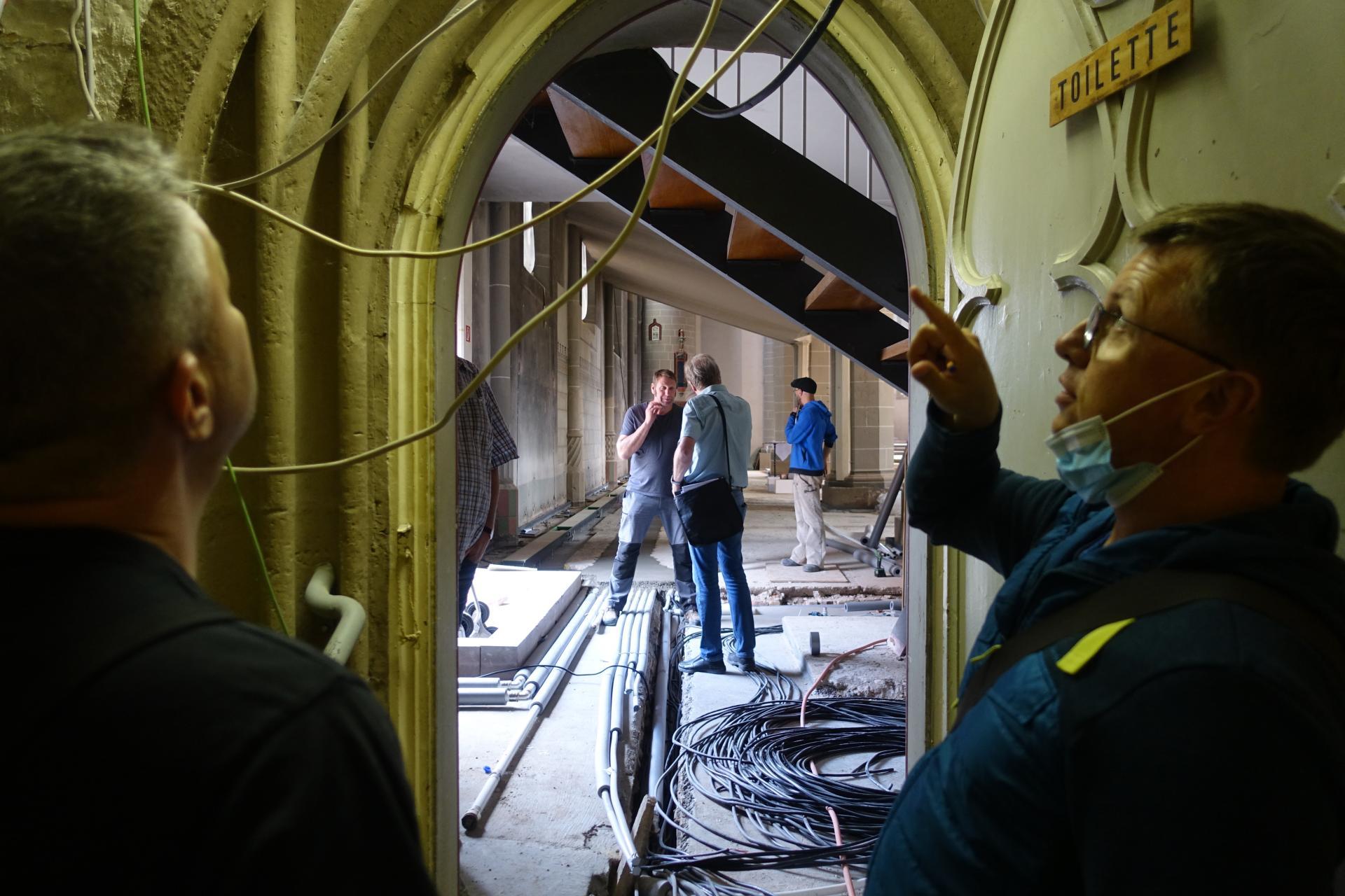 Bild 809 : Herr Täubert bespricht mit Herrn Raguse den Durchbruch von der Läutekapelle in die Vorbälgekammer.