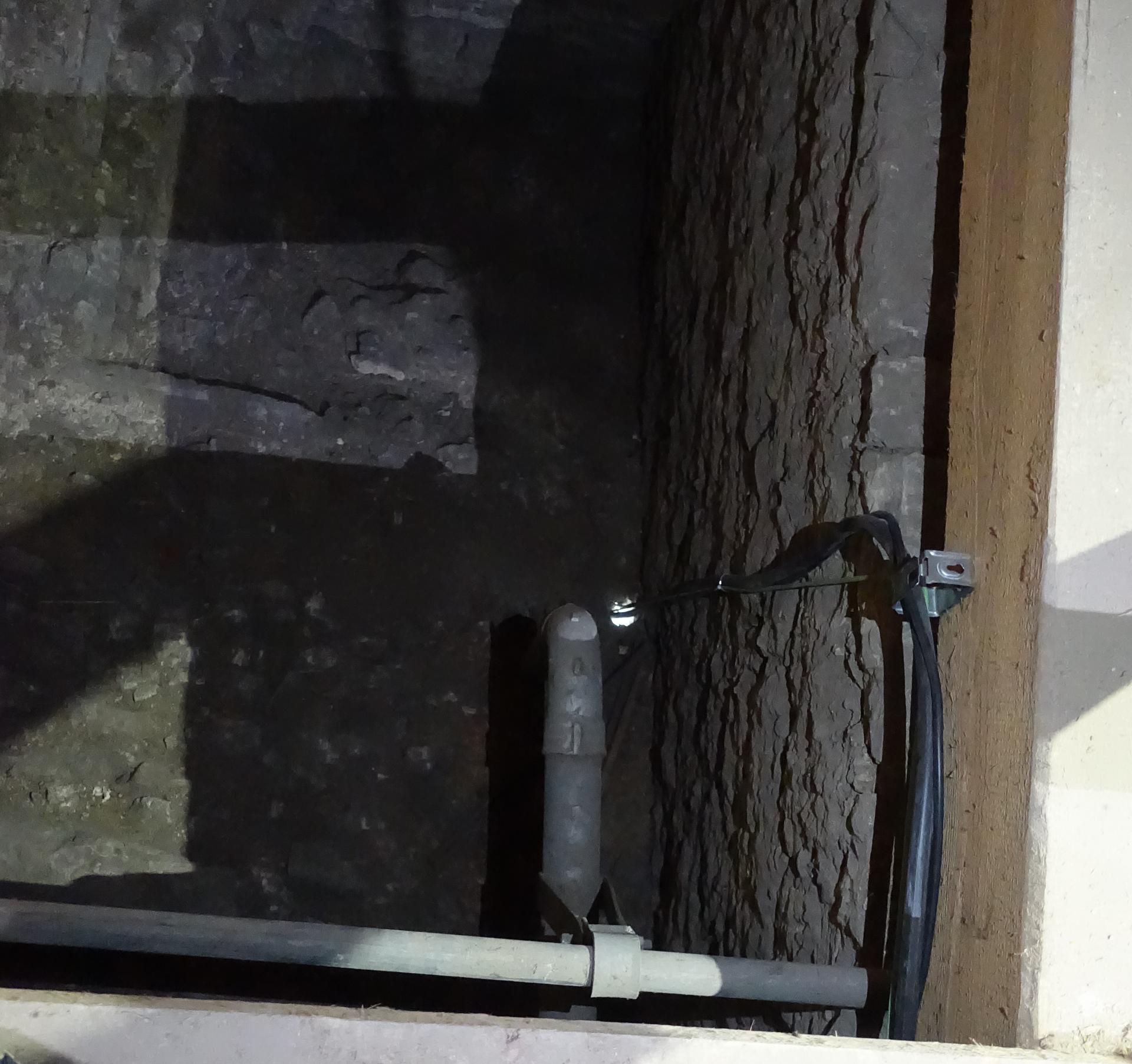 Bild 811: Zeigt ein kleines Loch in der Gewölbedecke von oben; hier wird gebohrt und die Abgasleitung zum Kirchendach geführt.