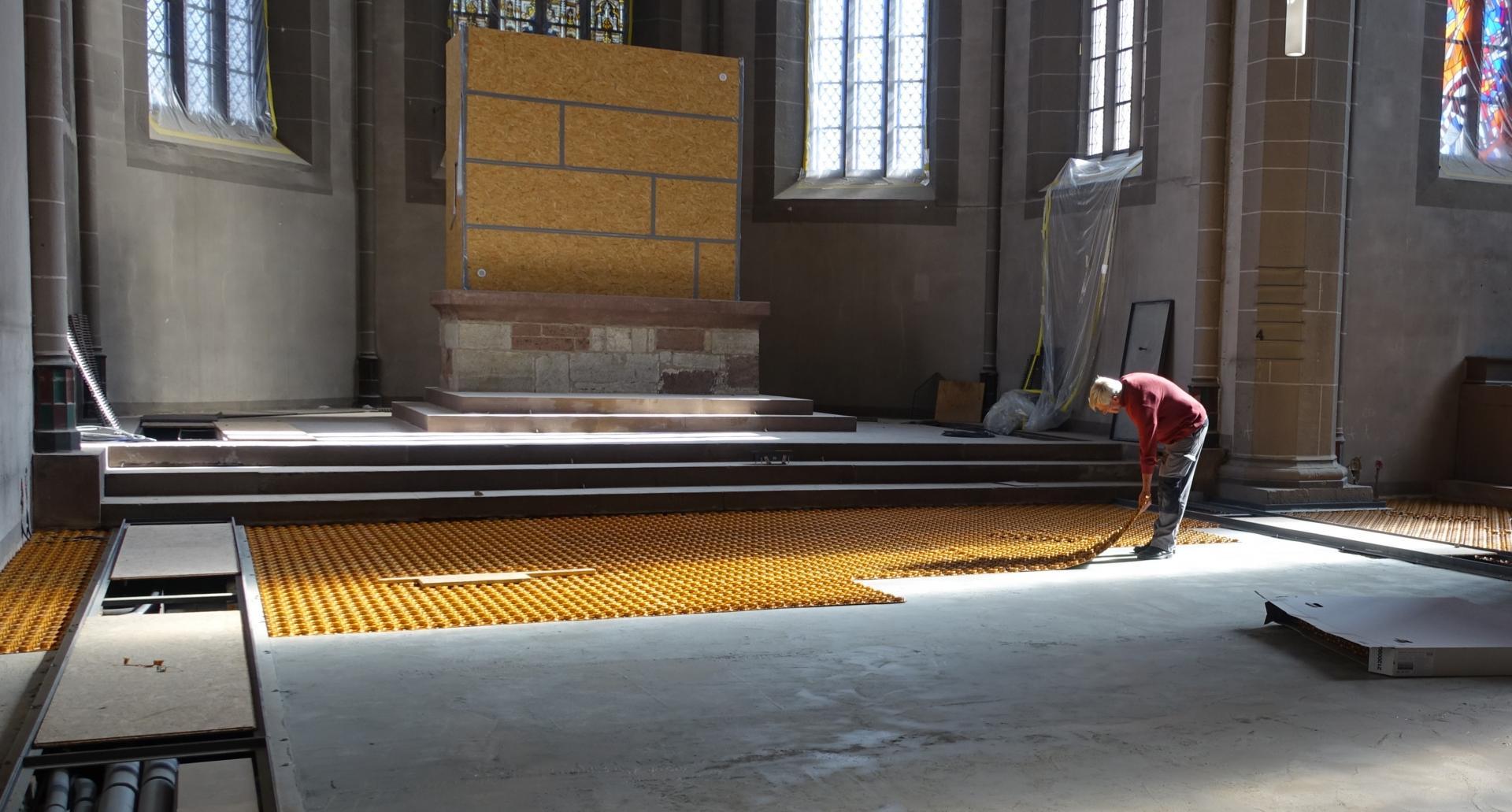 Bild 816 dünne, gelbe Noppenplatten im Chorraum