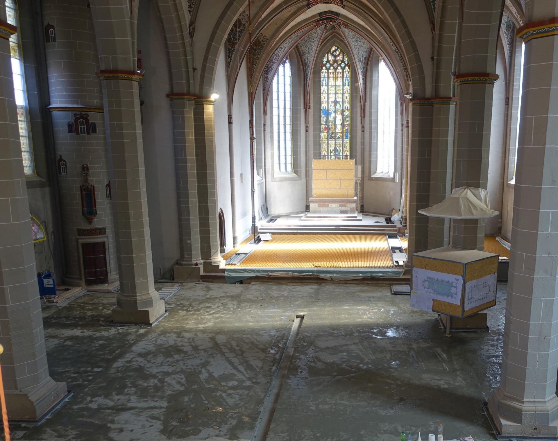Bild 827 ein Blick von der Orgelempore; im Mittelschiff die Estrichdämmung unter die dann zu verlegenden schwarzen, dickeren Noppenplatten