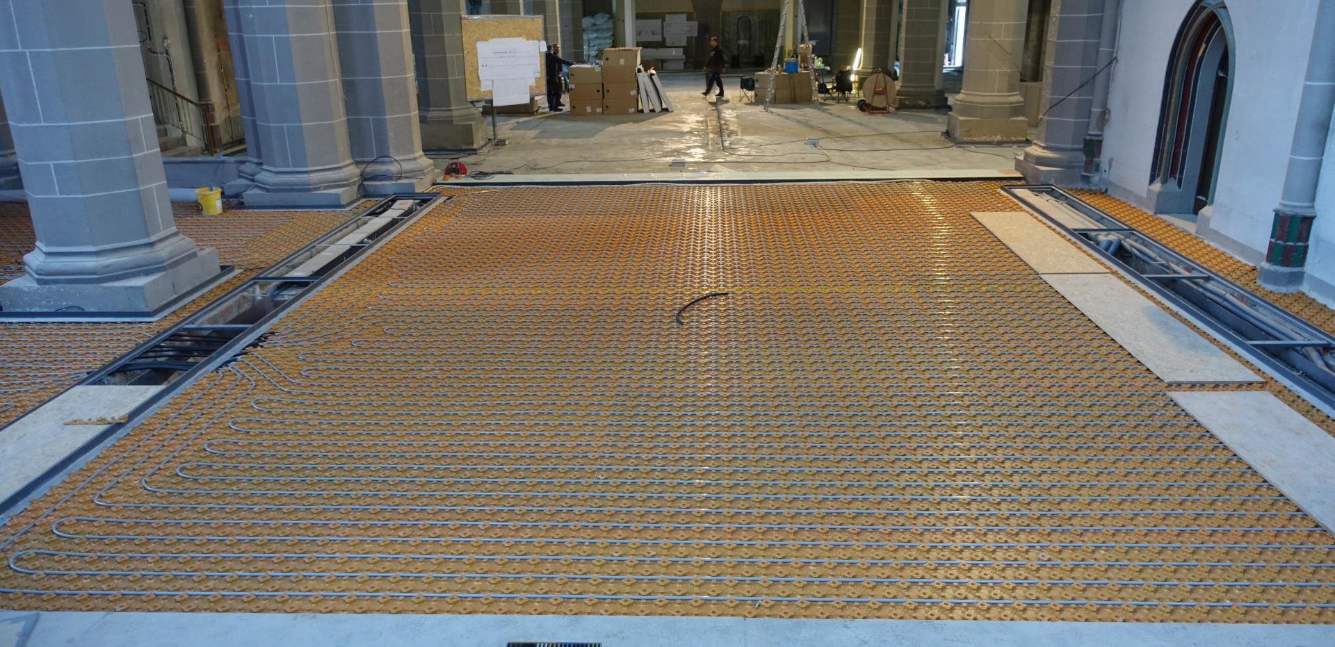 Bild 876 zeigt den Chorraum bereits mit den verlegten Flächenheizungsrohren