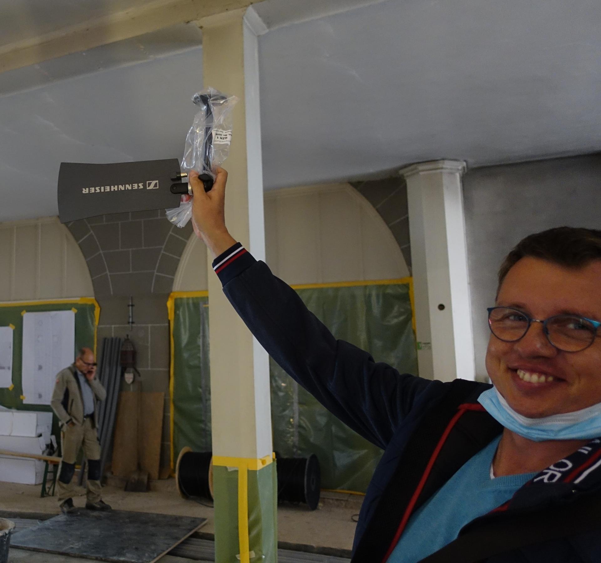 Bild 886 zeigt unseren Ingenieur aus Chemnitz Michael Täubert mit einer Antenne, die unter der Orgelempore befestigt wird.