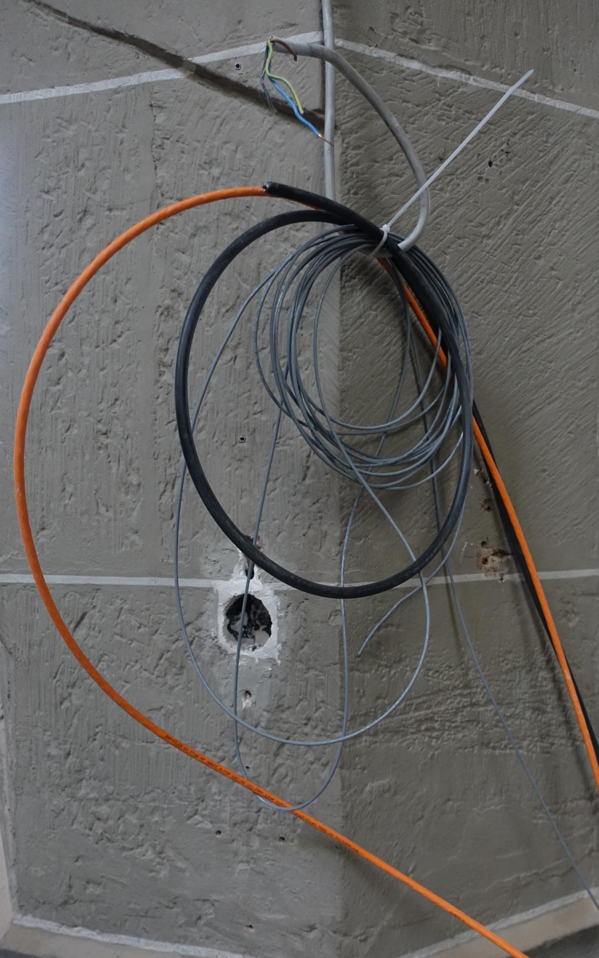 Bild 913 zeigt Kabel, die auf Anschlüsse warten.