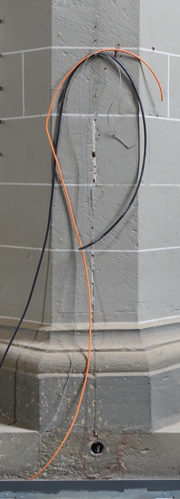 Kabel an der Säule vorne links, die auf Anschluss warten