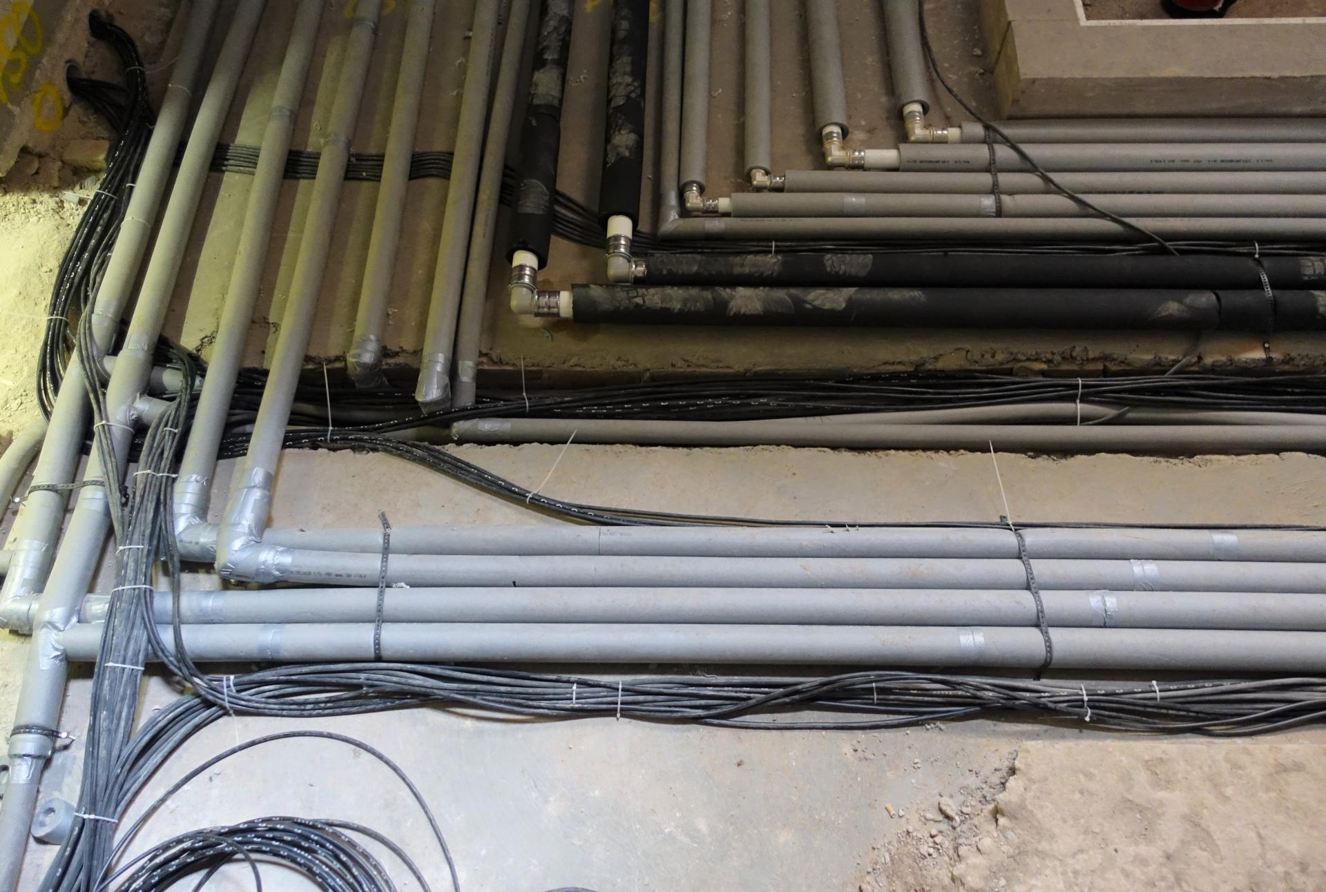 Bild 920 zeigt, die Kabelverlegung zusammen mit dem Heizrohrsystem