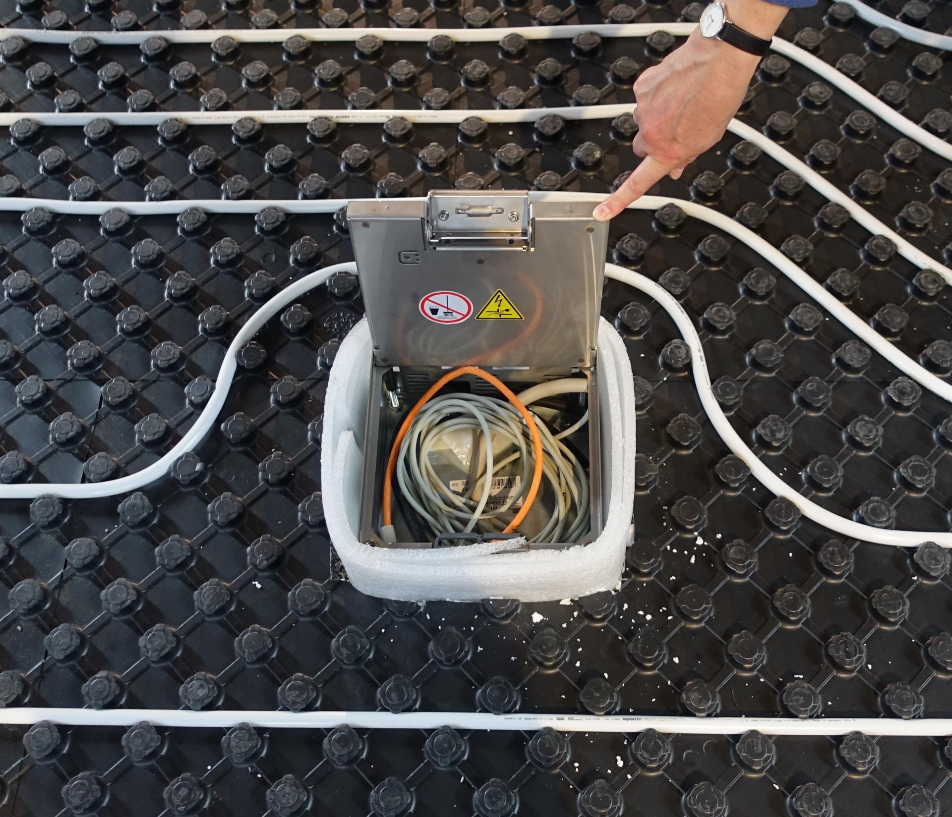 Bild 013 zeigt einen Bodentank mit diversen Anschlussmöglichkeiten