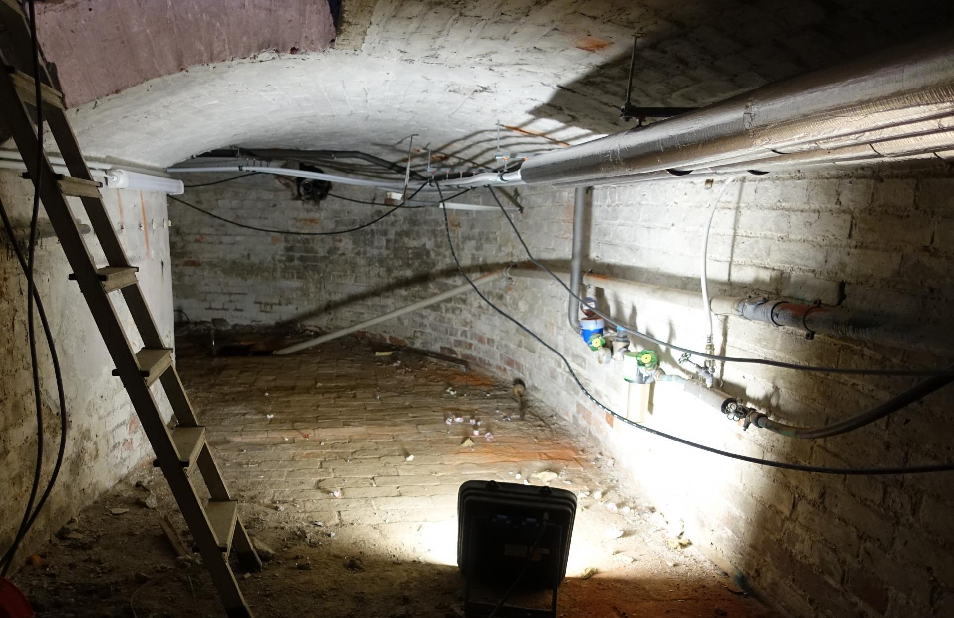 Bild 061 unterhalb der Mittelschiffes vor dem Chorraum