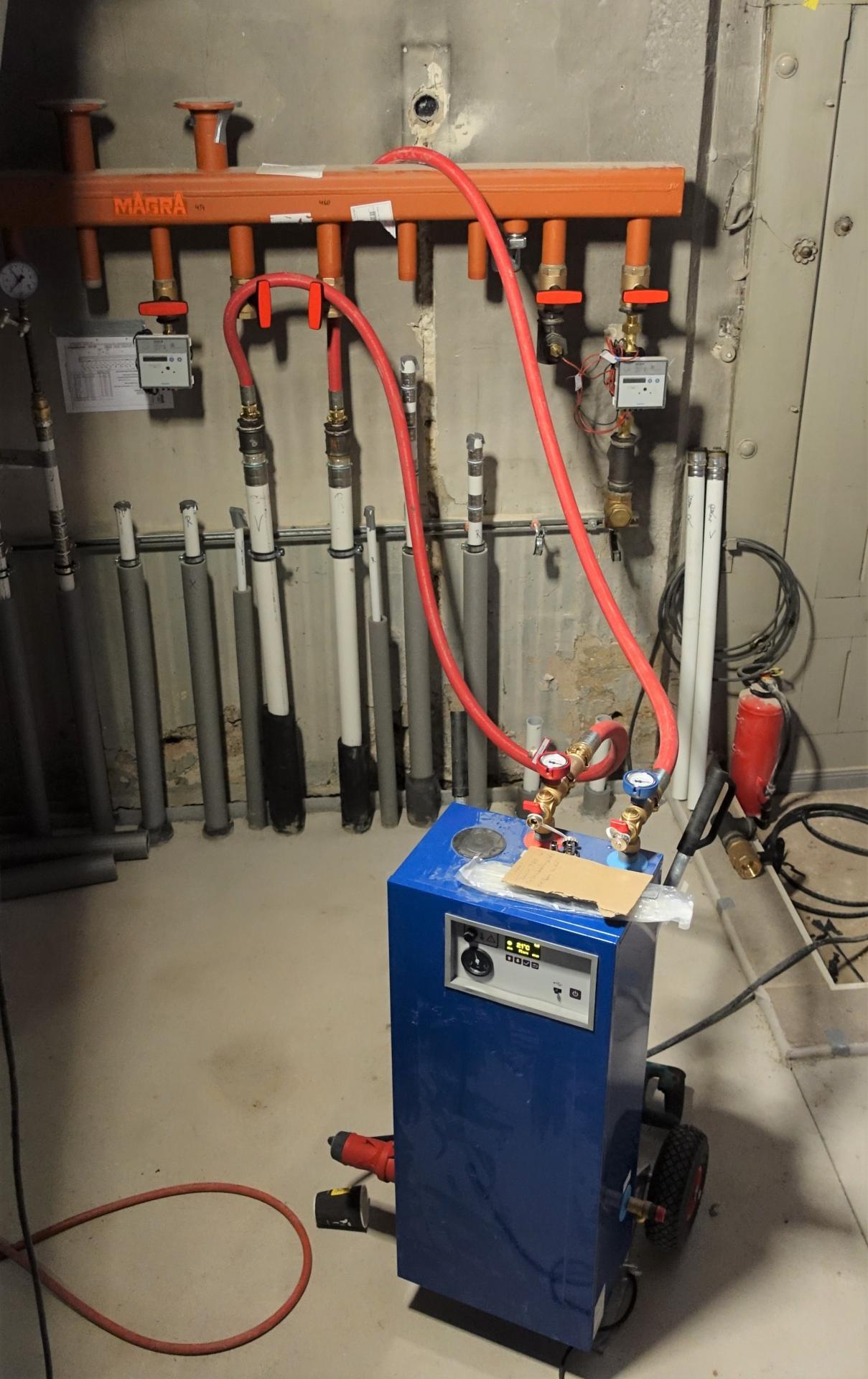 Bild 168 zeigt das elektrische Ding, das die Flächenheizung mit einer Vorlauftemperatur von 21 ° C befeuert; die Gasheizung wollen wir erst im Januar endgültig anschließen