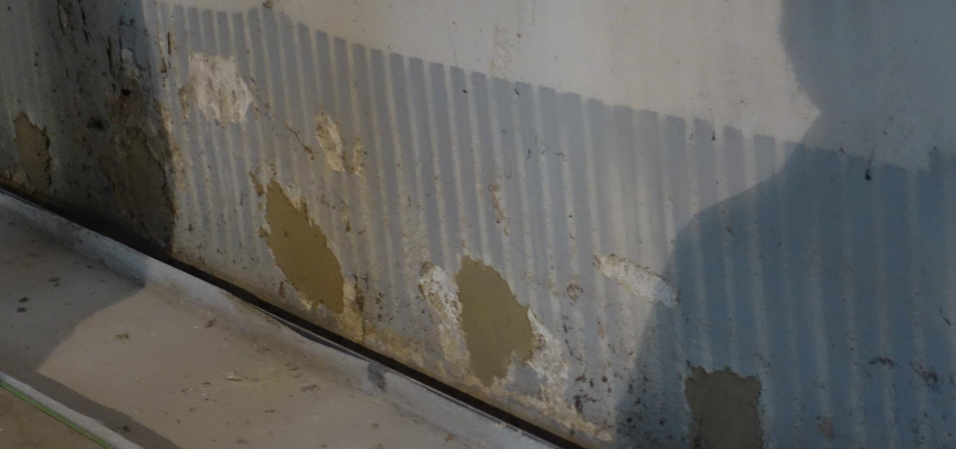 Bild 176 zeigt an der Wand hinter den ehemaligen Radiatoren Versalzungen- die mussten weg, weil das Salz nach 2 - 3 Jahren wieder kommt- aus dem Erdreich, das an der Südseite nahe an die Kirche reicht.