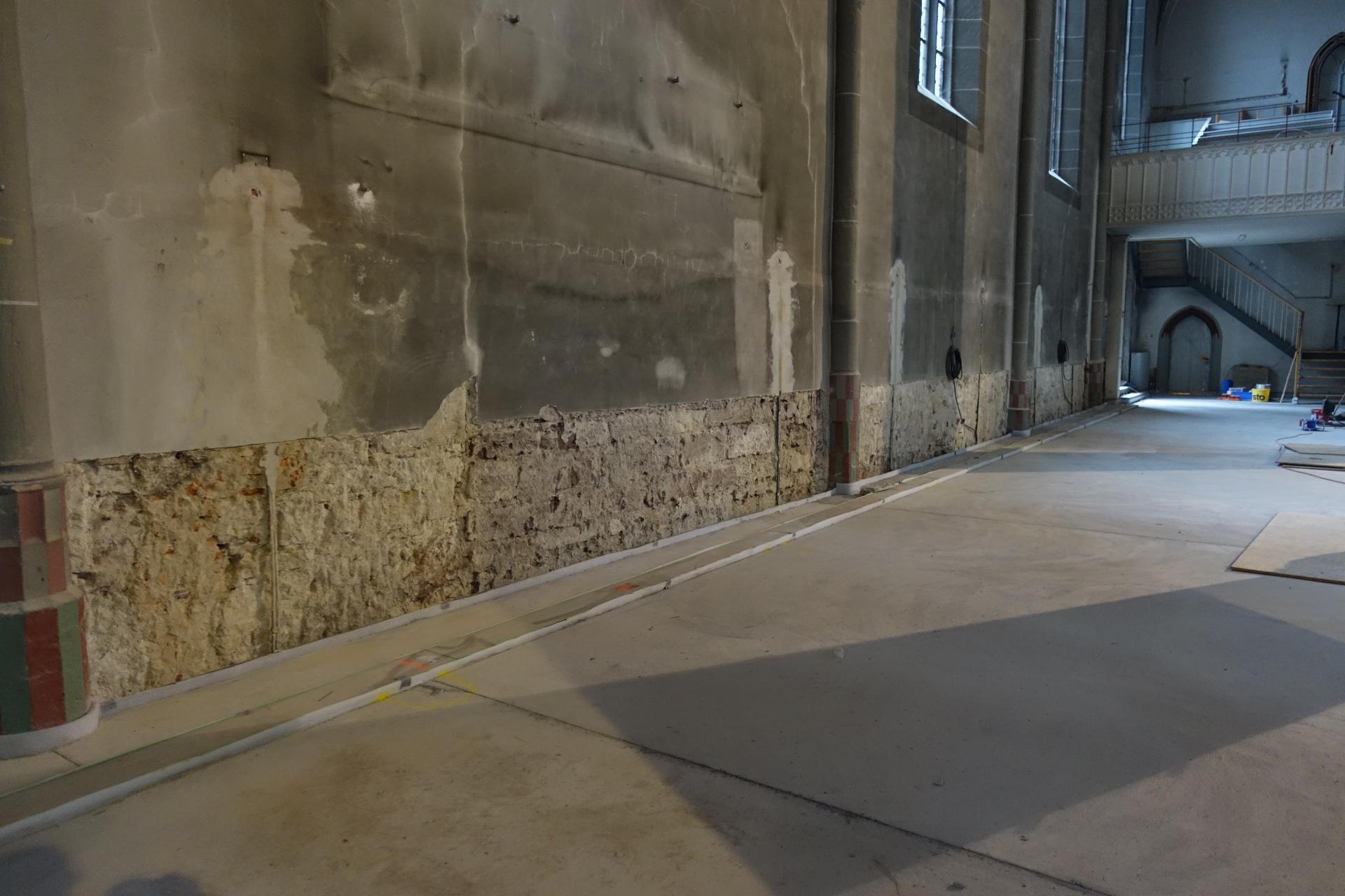 Bild 201 bis auf die Bausteine ist der salzhaltige Putz abgeschlagen- er wird durch einen Spezialputz ersetzt.