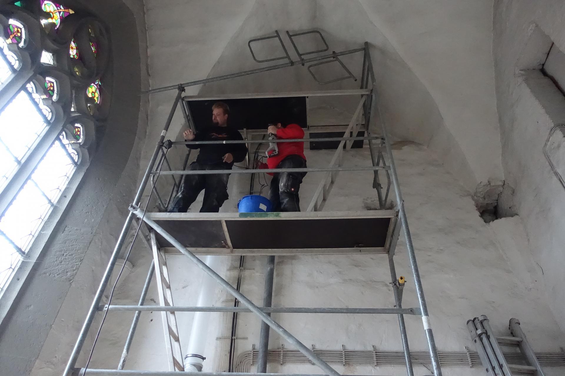 Bild 203 Der weiße Schornstein wird nach oben geführt auf den Gewölbedachboden