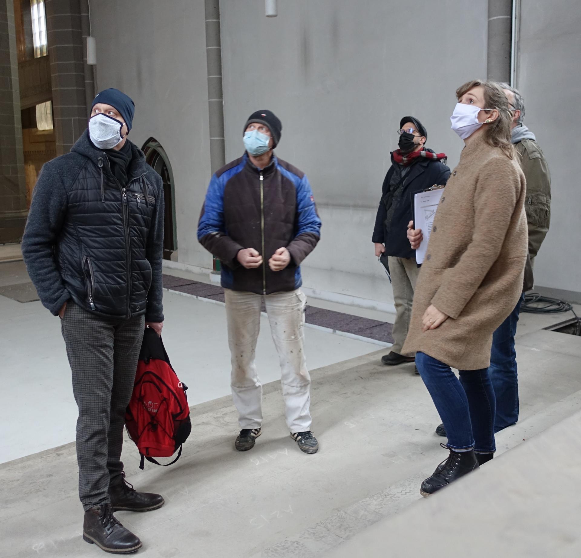 Bild 247 zeigt die Brüder Bernd und Dirk Alberding (Malermeister) im Gespräch mit Nicole Sterzing- es geht natürlich um die Abklebung und den Schutz der Fenster.