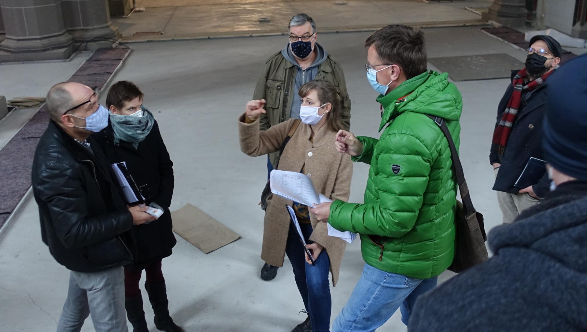 Bild 250 Frank Schneemelcher und seine Mitarbeiterin K. Berlin besprechen mit Nicole Sterzing die Fensterflügel zum Ausgleich der Luftfeuchtigkeit im Kirchenschiff (vier Fensterflügel wird es geben- automatische Regulierung)