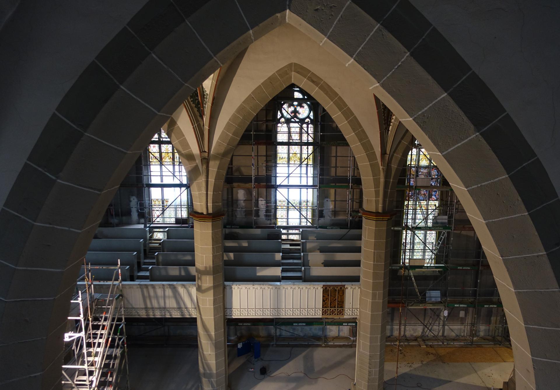 Bild von ganz oben in Richtung Seitenempore über dem nördlichen Seitenschiff. Der fotografischen Standort war nicht ganz schwindelfrei.