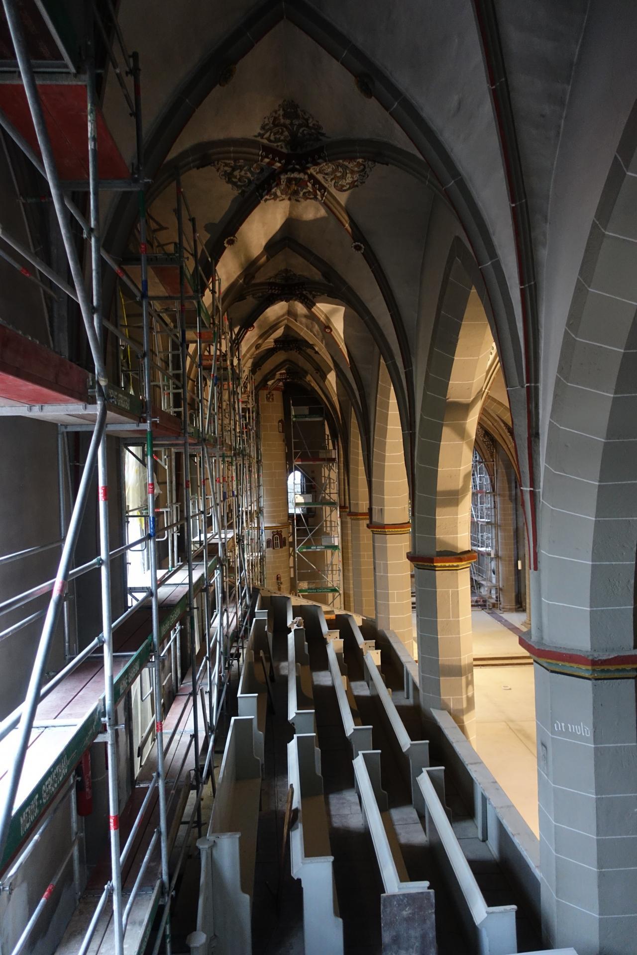 Nördliche Seitenwand mit den noch nicht wieder eingesetzten mittelalterlichen Fenstern. Ganz hinten der Blick in die Büßerkammer.