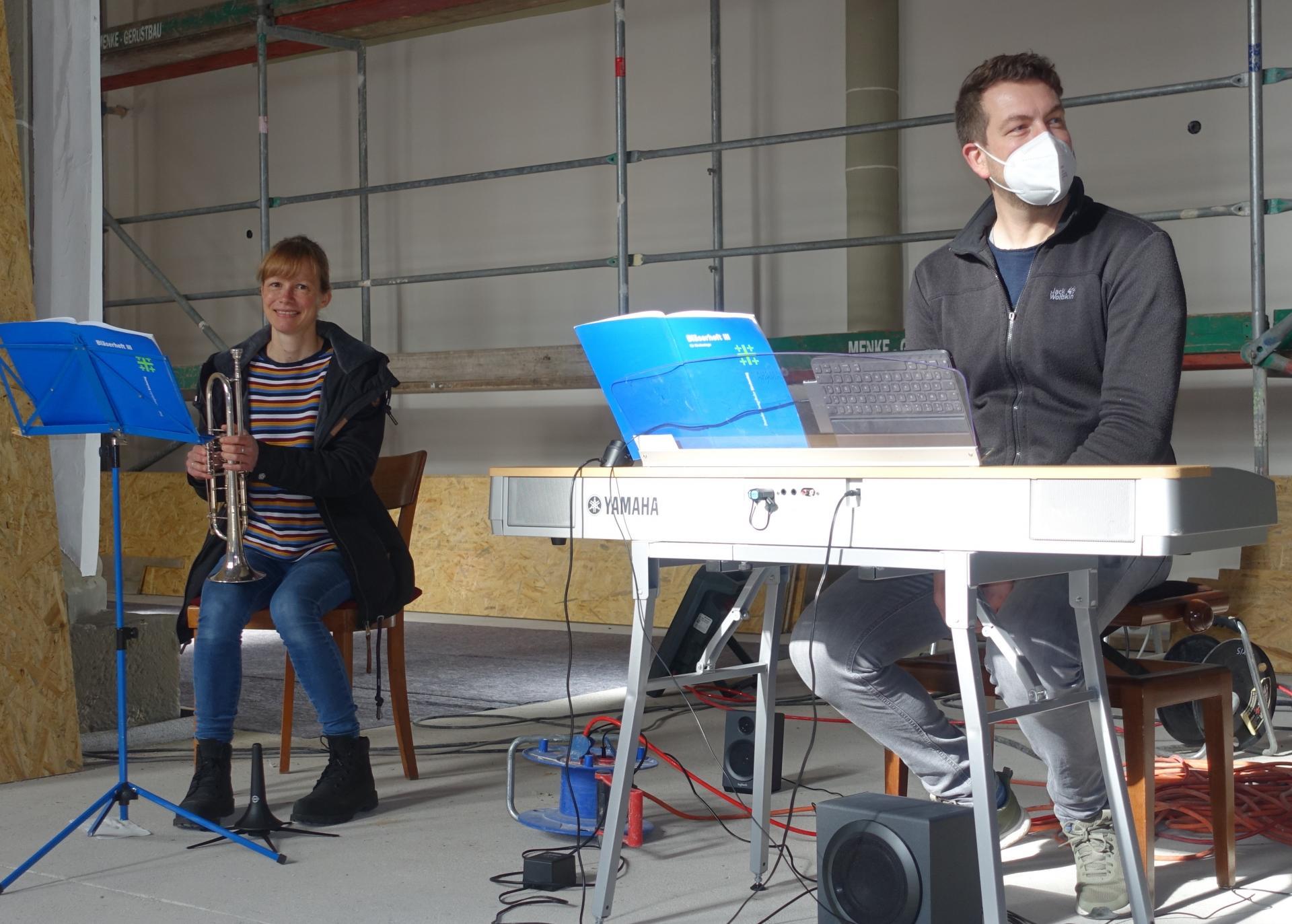 Meike Davids und Benjamin Dippel an Orgel und Trompete, die die Andacht umrahmten