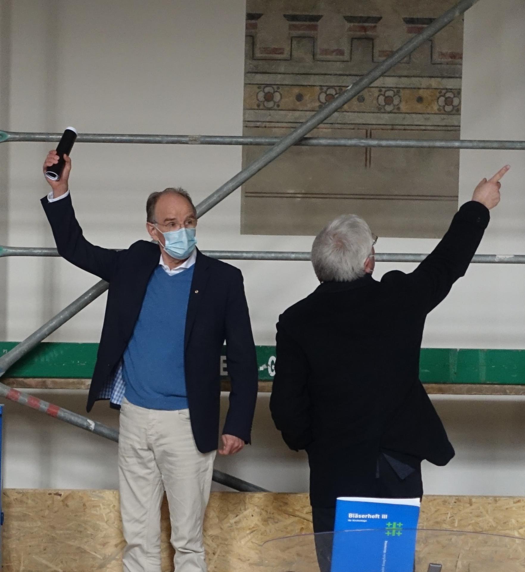 """Landesbischof Ralf Meister und Superintendent Jan von Lingen zeigen die unterschiedlichen Richtungen """"in Kirche"""" auf."""
