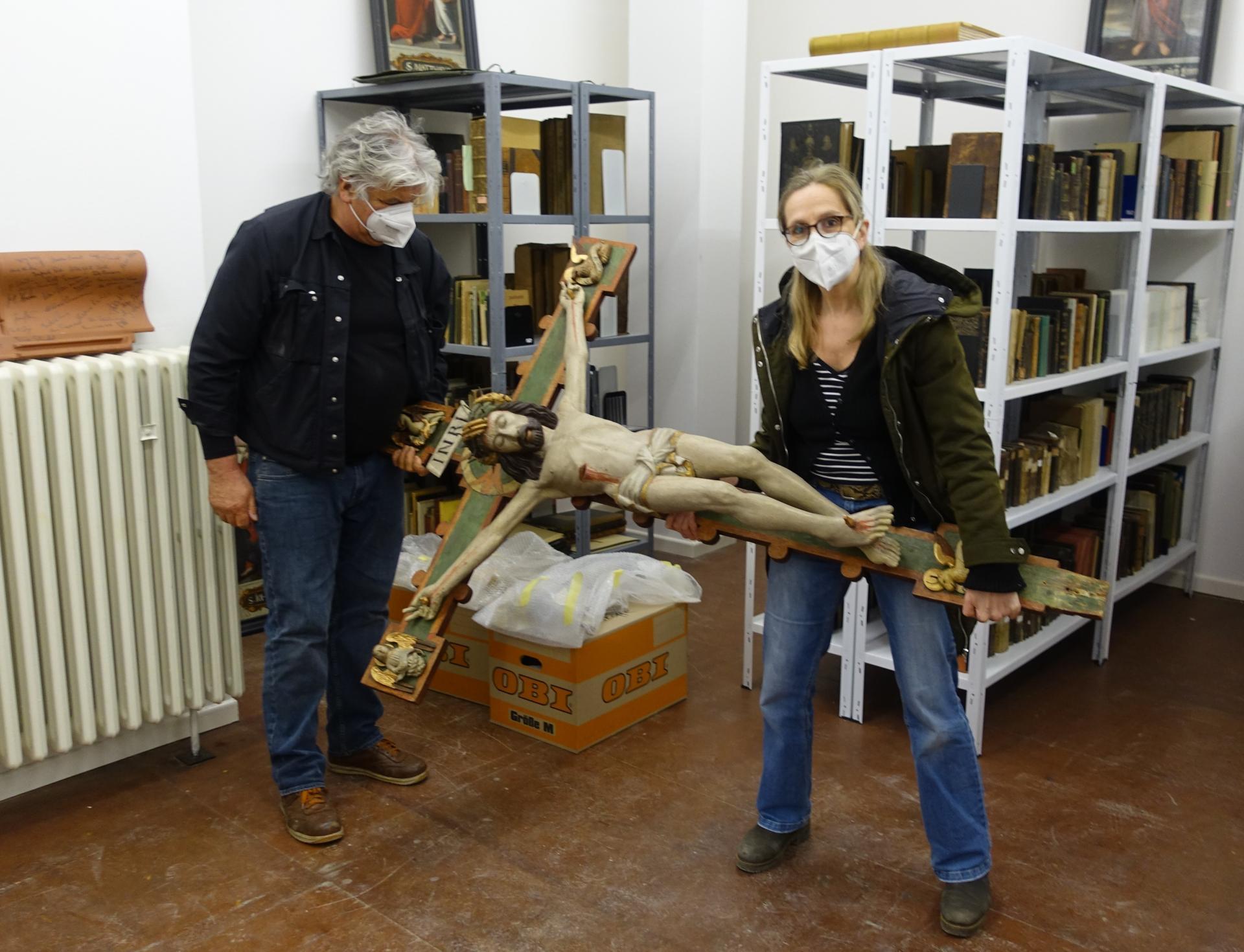 Viola Bothmann und Herrn A. in unserer Gemeindebibliothek, wo das Kreuz 14 Monate auf diesen Moment gewartet hatte