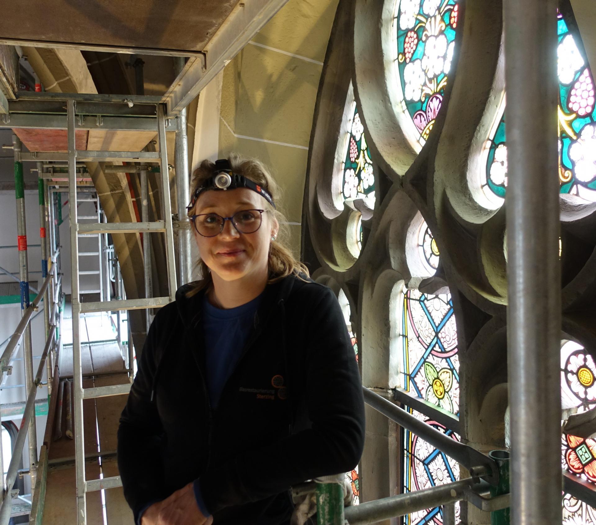Nicole Sterzing in luftiger Höhe in Vorbereitung der Wiederanbringung der mittelalterlichen Fenster im Frühsommer