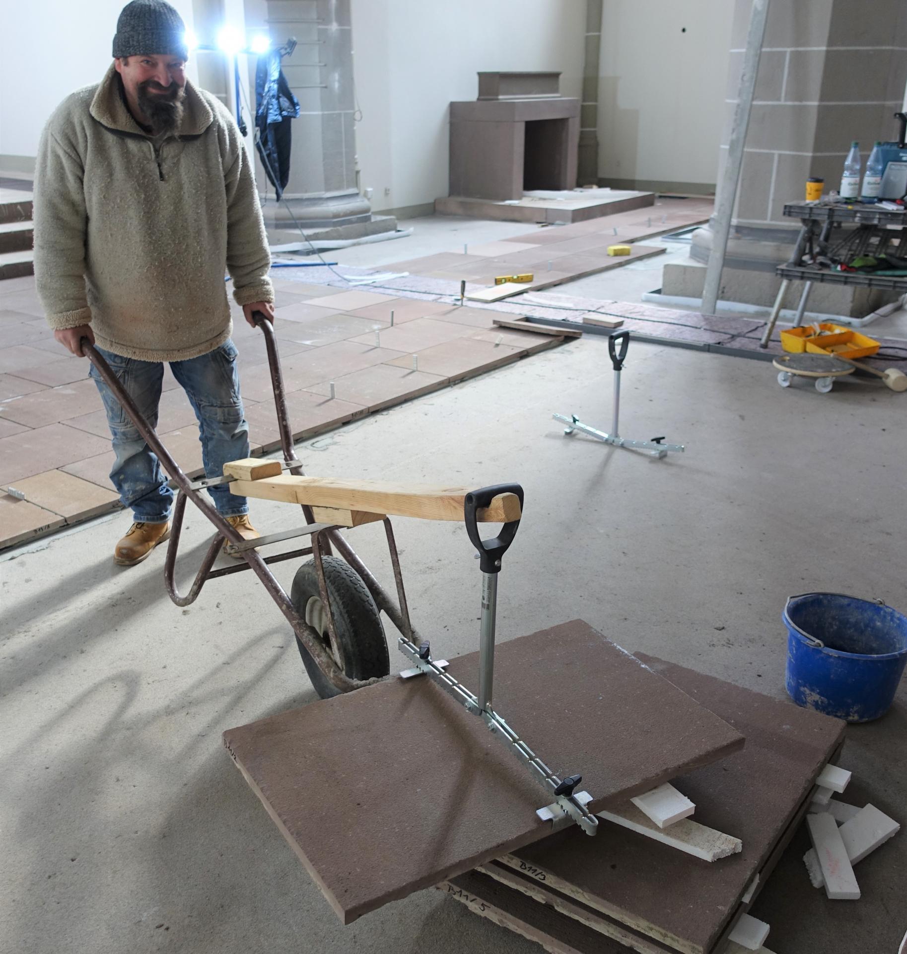 Der polnische Mitarbeiter Julek, seit 20 Jahren im Geschäft, mit seiner Erfindung des Sandsteinfliesentransportes.
