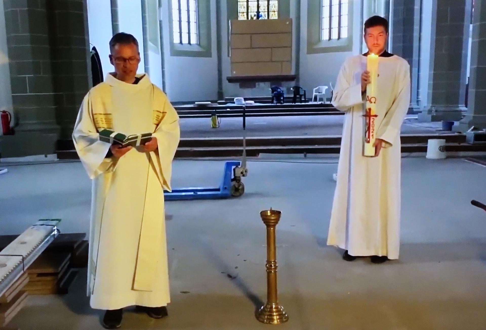 Andacht mit Pastor Stefan Leonhardt und osterkerzenhaltender Kantor Benjamin Dippel.