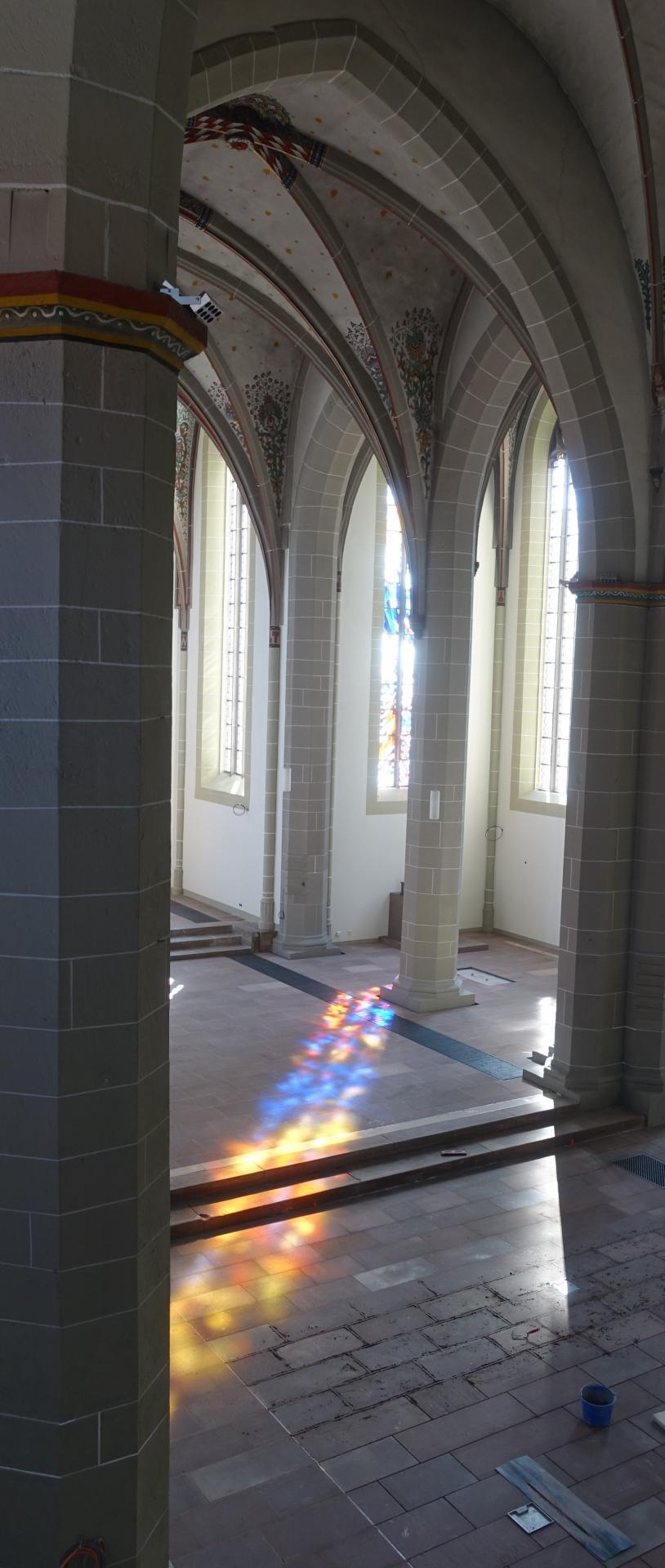 Das Bild zeigt die Farben von der Kapelle über den Chorraum bis ins Hauptschiff (von der Seitenempore aus geknipst); man sieht auch die beginnende Verfugung der Natursteine.