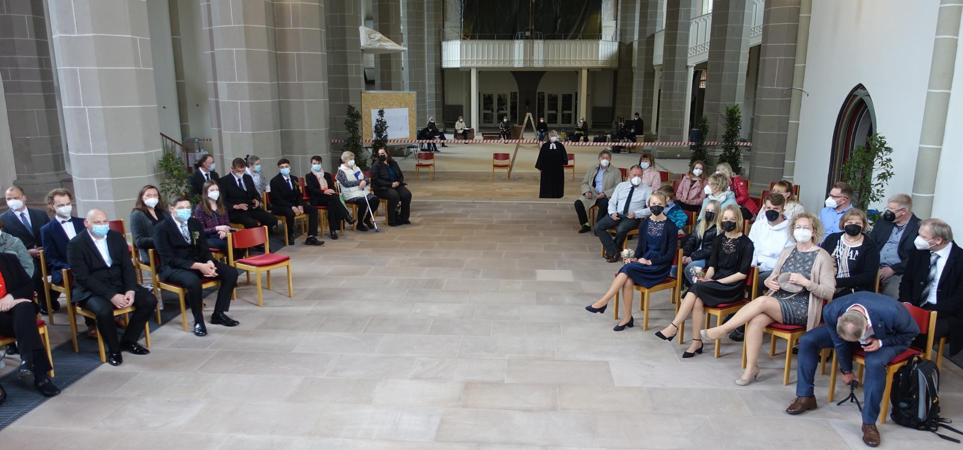 Pastorin Karin Gerken-Heise leitete am ersten Wochenende im Mai die Konfirmationen; die einzelnen Familien saßen im Abstand und bemundschutzt im Chorraum