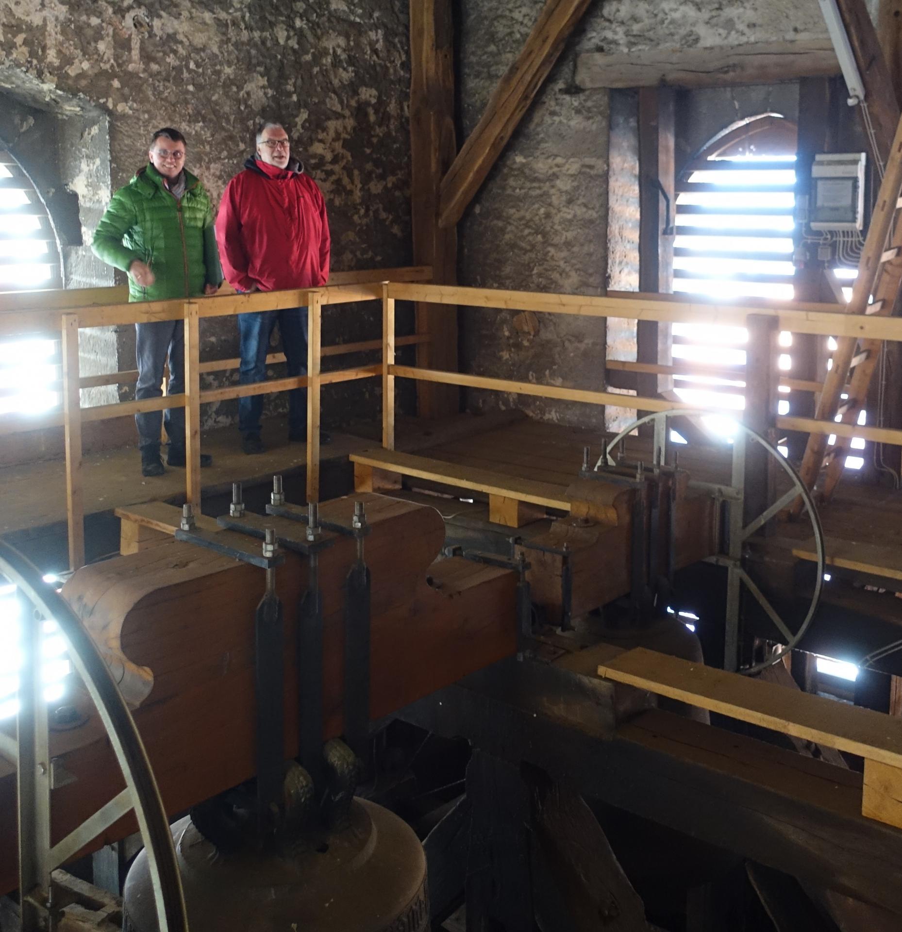 Das Bild zeigt Frank Wagner und Jens Täubert in Glockenturm Januar 2019 auf der Suche nach elektrischen Leitungen